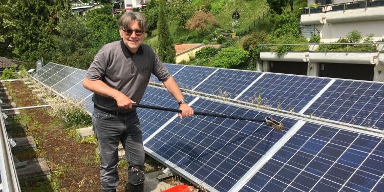 Beim Reinigen der 5,7 kW Photovoltaik-Anlage